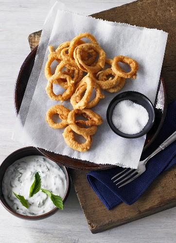 Fried onion rings with mint yogurt