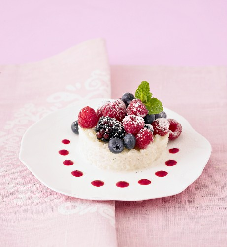 Creamed rice pudding with fresh forest fruits