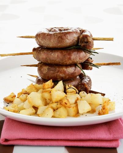 Gegrillte Wurstschnecken mit Bratkartoffeln