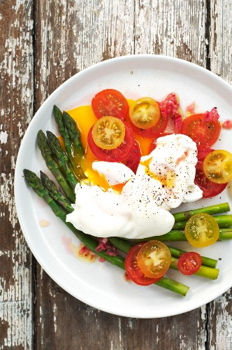 Tomato and asparagus salad with poached eggs