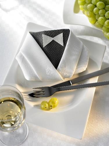 Napkin folding design: 'Dinner jacket'