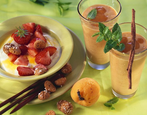 Quark with strawberries & oranges, apricot & almond shake