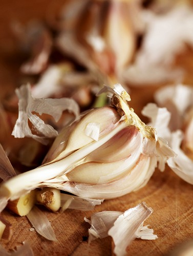 Fresh garlic cloves (close-up)