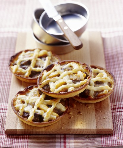 Venison tarts with loquat