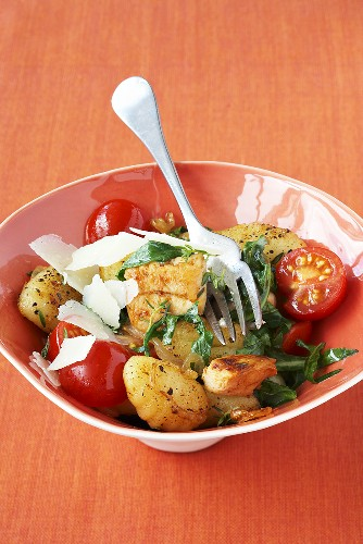 Pan-fried chicken and gnocchi with tomatoes and rocket