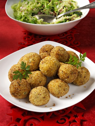 Frittierte Kartoffelbällchen als Beilage (zu Weihnachten)