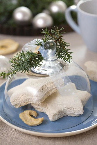 Aniseed biscuits under glass dome, juniper sprigs, apple slice