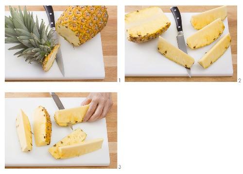 Ananas in Stücke teilen