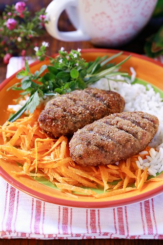 Burgers with raw carrots, rice and herbs