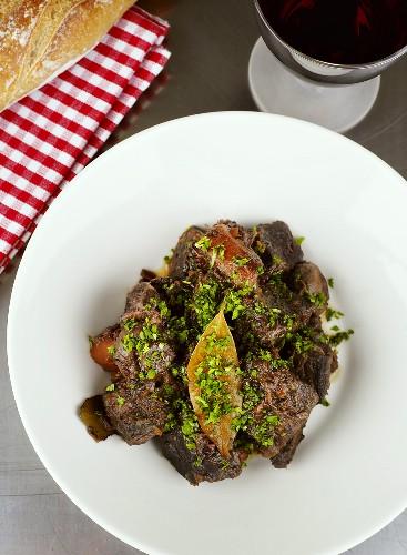 Rindfleisch, in Rotwein geschmort (Boeuf Bourguignon)
