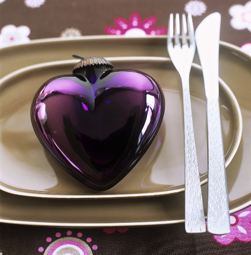 Heart-shaped tree ornament used as plate decoration