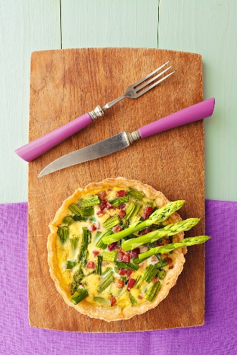 An asparagus tart with green asparagus and diced ham