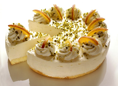 Cream cheesecake with peaches