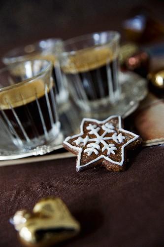 Stern-Spekulatius und Espresso in Gläsern