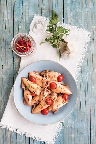 Gefüllter Tintenfisch in Chili-Tomaten-Sauce mit Knoblauch und Petersilie