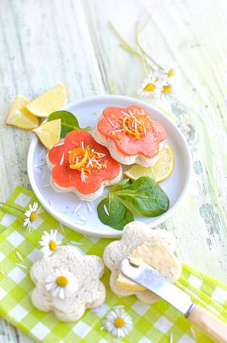 Toast mit Butter und Räucherlachs in Blütenform zu Ostern