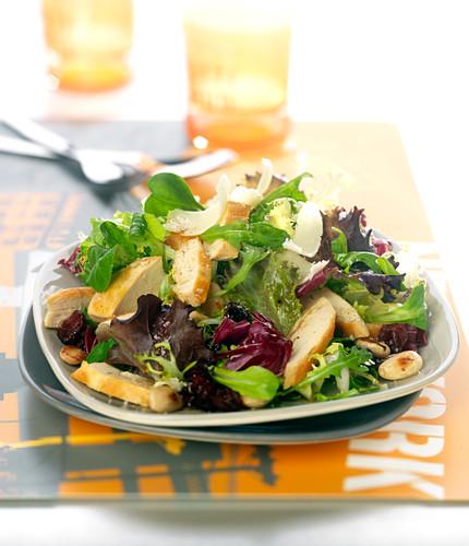 Gemischter Blattsalat mit Huhn und Mandeln