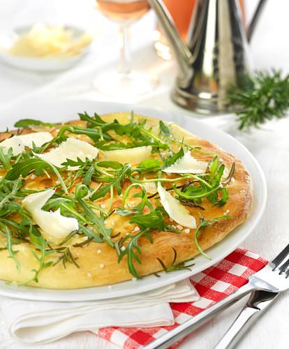 weiße Pizza mit Rucola, Rosmarin und Parmesan