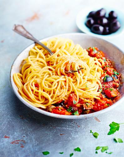 Spaghetti mit Tomaten und schwarzen Oliven
