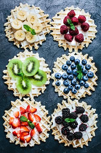Komposition mit Sahnewaffeln mit frischen Früchten