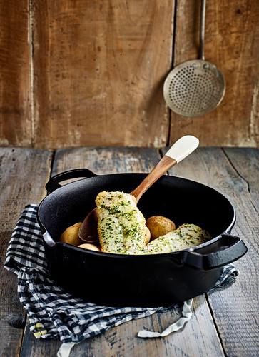 Wittling mit Kräuterbutter und Kartoffeln