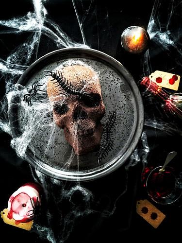 Totenkopf aus Schokoladenkuchen zu Halloween