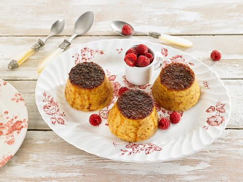 Drei kleine Pudding nach Flan-Art, mit frischen Himbeeren