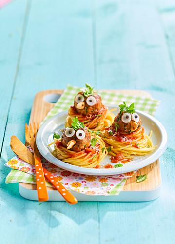 Nudelnester mit Hackbällchen und Vogelgesicht (Kindergericht)
