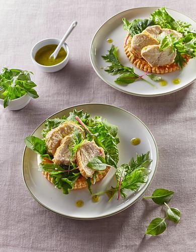 Blätterteigtörtchen mit Hühnerbrust, Salat und Vinaigrette