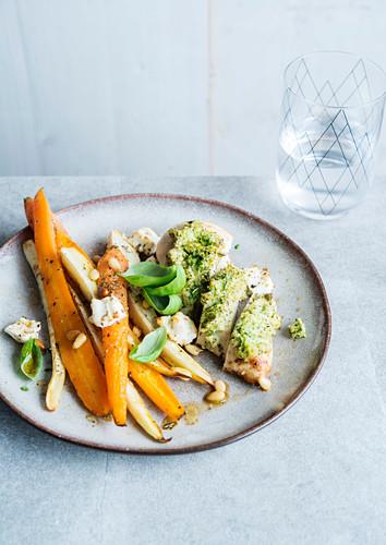 Hühnerbrust mit Pestokruste und gebratenem Gemüse