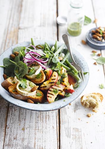 Salat mit grünen Bohnen, Pfirsich, Ziegenkäse und Toast