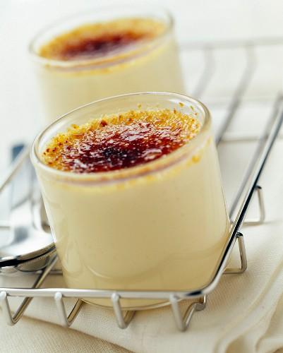 Pots of jasmin tea cream desserts