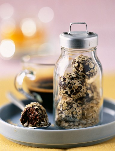 Chocolate truffles with oatflakes