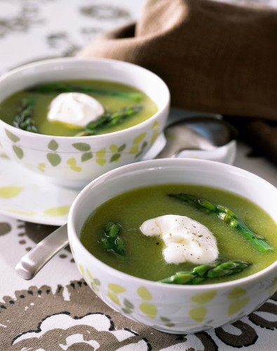 Green asparagus soup with cream