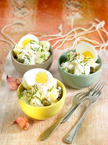 Kartoffelsalat mit Knoblauchjoghurt, Kapern, hartgekochten Eiern und Minze