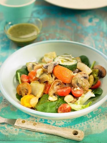 Salat aus Röstgemüse: Pilze, Zucchini, Tomaten und Karotten