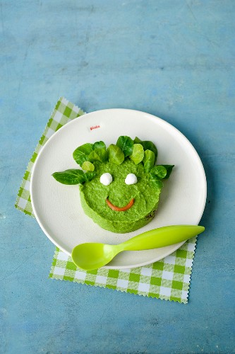 Head-shaped pea mash for kids