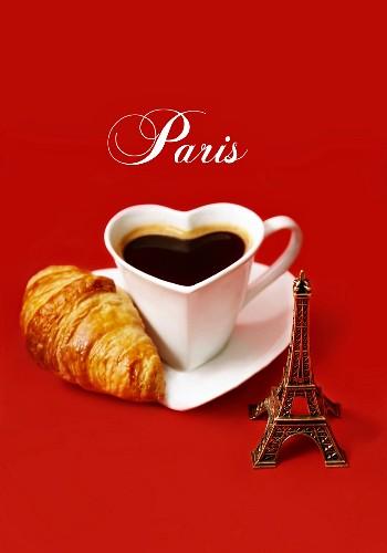 Stillleben mit Herz-Kaffeetasse, Croissant und kleinem Eiffelturm (Paris)