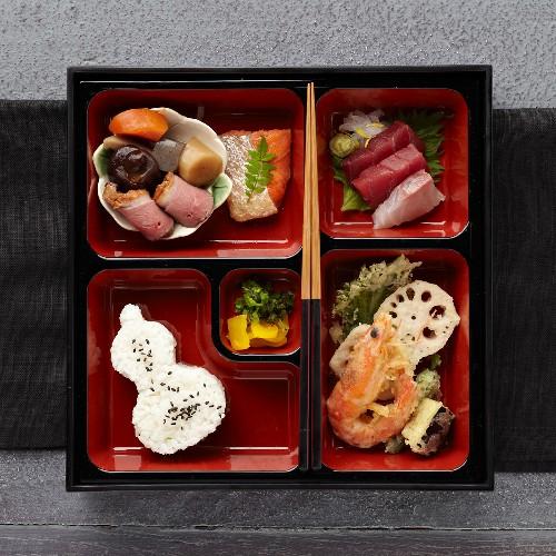 Bento Box mit Meeresfrüchten, Fisch, Geflügel, Reis und Gemüse