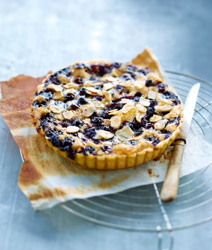 Amandine and blackcurrant pie