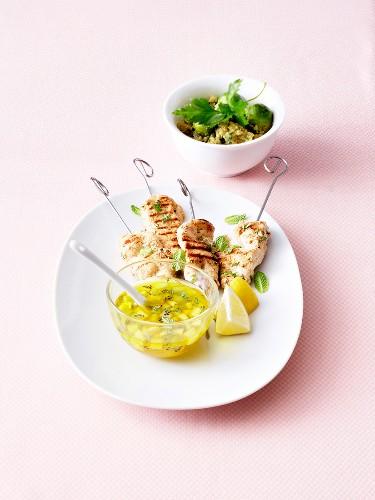 Grilled chicken yakitoris, kiwi-lemon sauce and quinoa tabbouleh