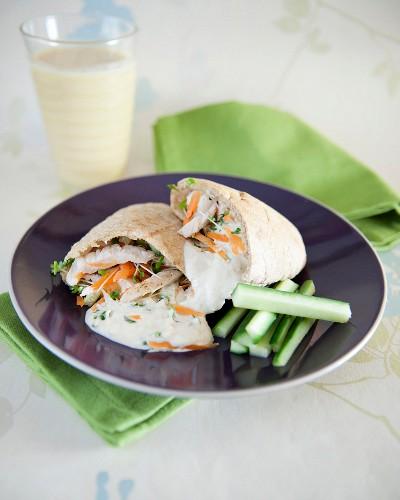 Pita-Sandwich mit Geflügel, Karotten und Sahnesauce, Gurkensticks
