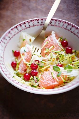 Salat mit geraspelten Zucchini, Fenchel, Grapefruitschnitzen und roten Johannisbeeren