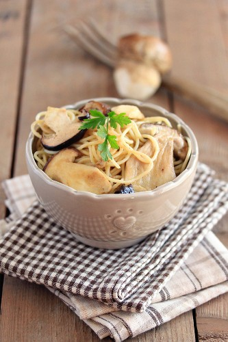 Bowl of spaghettis with ceps