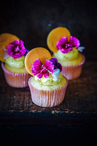 Honig-Orangen-Cupcakes mit Blüten dekoriert