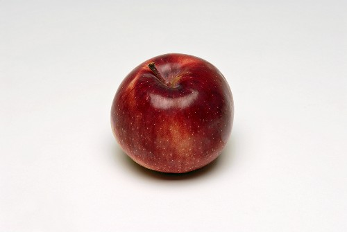 A red apple (variety: Empire)