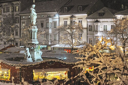 Christmas market on Walther square in the evening, Bolzano, Alto Adige, South Tyrol, Italy, Europe