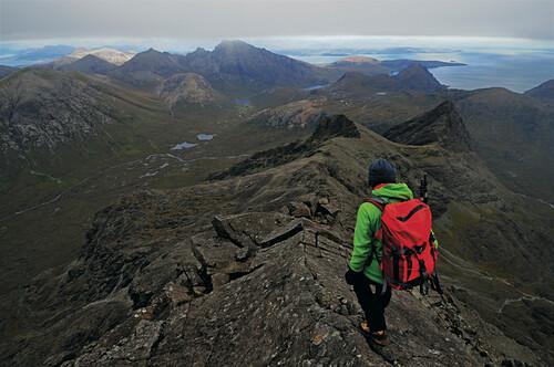 Bergwanderer beim Abstieg vom Sgurr nan Gillean, Cuillin Hills, Insel Skye, Schottland, Großbritannien