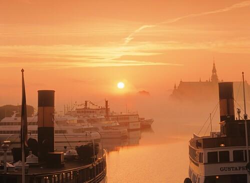 Morgennebel über dem Nordiska Museum bei Sonnenaufgang, Stockholm, Schweden, Europa
