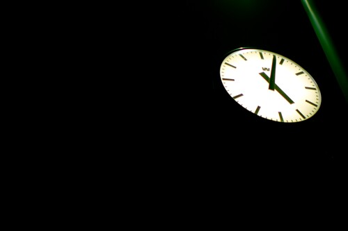 Beleuchtete Bahnhofsuhr bei Nacht, Stockholm, Schweden, Europa